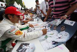 Alex Zanardi, BMW Team Italy-Spain, BMW 320si, sesión de autógrafos en el BMW