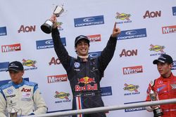 Podium: le vainqueur Daniel Ricciardo devant Max Chilton et Riki Christodoulou