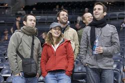 Atlanta Thrashers : Anthony Megevand, Julie Sueur, avec Nicolas Lapierre, Romain Dumas et Olivier Panis apprécient la partie