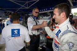 Nicolas Minassian fête sa pole avec les membres du Team Peugeot Total