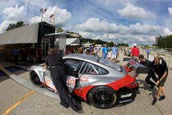 #87 Farnbacher Loles Racing Porsche 911 GT3 RSR poussée vers l'inspection technique