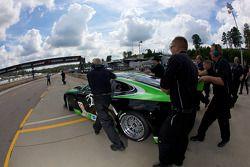 La nouvelle RSR Jaguar XKR avec Paul Gentilozzi poussée vers la pitlane