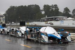 Les voitures alignées sur la pitlane après l'arrêt cause de la pluie