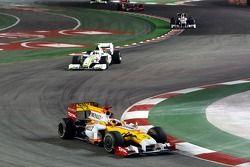 Fernando Alonso, Renault F1 Team y Rubens Barrichello, Brawn GP