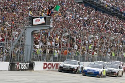 Start: Jimmie Johnson, Hendrick Motorsports Chevrolet and Juan Pablo Montoya, Earnhardt Ganassi Racing Chevrolet lead the field
