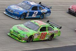 Kyle Busch, Joe Gibbs Racing Toyota et Kurt Busch, Penske Racing Dodge