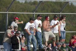 Les fans regardent la course AAA 400 NASCAR Sprint Cup