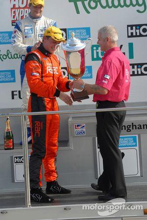 Le vainqueur Stephen Jelley reçoit son trophée
