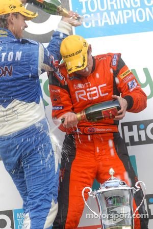 Tom Chilton verse du champagne sur Stephen Jelley