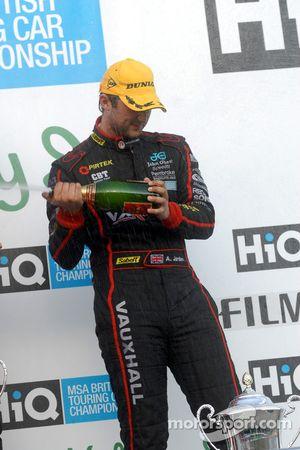 Andrew Jordan sabre le champagne