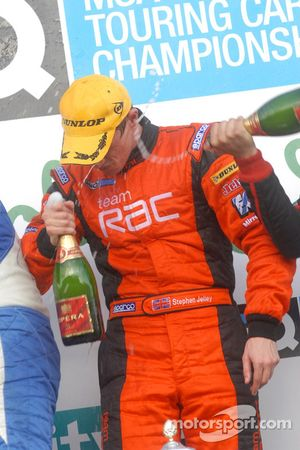 Stephen Jelley couvert de champagne