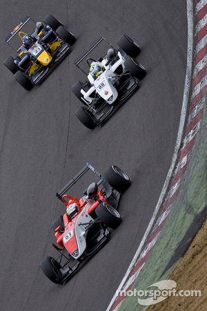 Riki Christodoulou devant Marcus Ericsson et Daniel Ricciardo