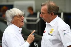 Bernie Ecclestone met Jean-Francois Caubet, Managing Director van Renault F1