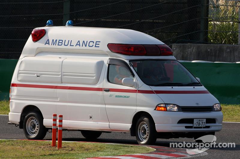 Una ambulancia lleva a Jaime Alguersuari, Scuderia Toro Rosso al centro médico después de un acciden
