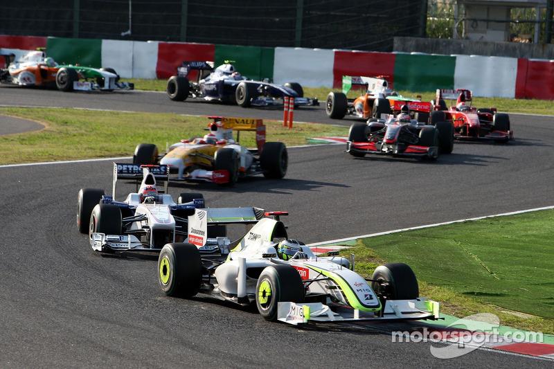 Jenson Button, BrawnGP leads Robert Kubica, BMW Sauber F1 Team