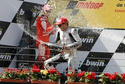 Podio: ganador de la carrera Jorge Lorenzo, Fiat Yamaha Team celebra con champagne