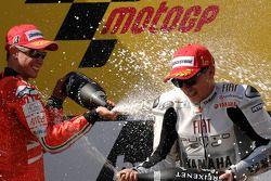 Podio: ganador de la carrera Jorge Lorenzo, Fiat Yamaha Team celebra con segundo lugar Casey Stoner,