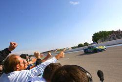 #8 Sangari Team Brazil Corvette Z06: Enrique Bernoldi, Roberto Streit sous le drapeau à damiers
