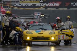 Arrêt pour la #4 Corvette Racing Chevrolet Corvette C6.R: Olivier Beretta, Oliver Gavin, Marcel Fass
