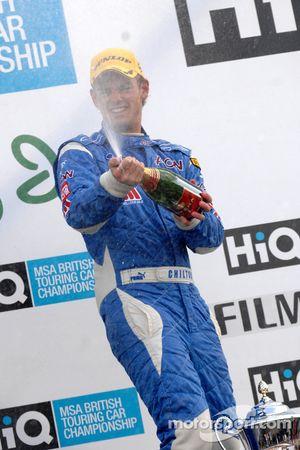 Tom Chilton prend une douche de champagne