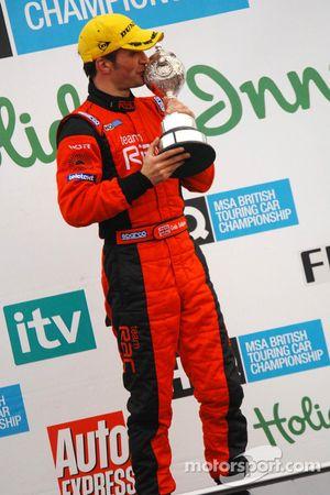 Colin Turkington avec son trophée du championnat