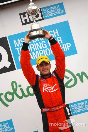 Colin Turkington soulève le trophée du champion