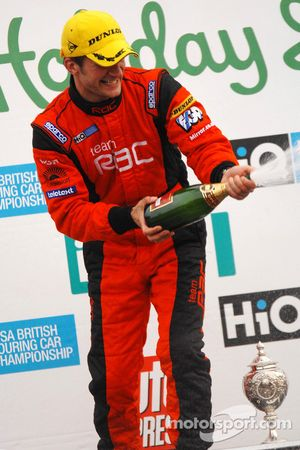 Colin Turkington sabre le champagne