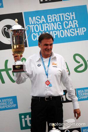 Dick Bennett reçoit le trophée au nom de Colin Turkington