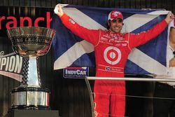 Dario Franchitti con el trofeo de campeón de IndyCar 2009