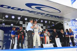 Podium: la victoire et le titre pour John Edwards, Newman Wachs Racing