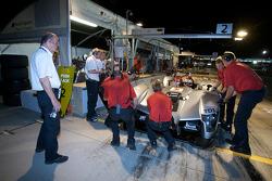 Dr. Wolfgang Ullrich regarde l'Audi Sport Team Joest Audi R15 TDI: Rinaldo Capello, Allan McNish