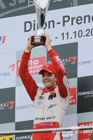 Podio: ganador de la carrera y campeón Jules Bianchi, ART Grand Prix Dallara F308 Mercedes