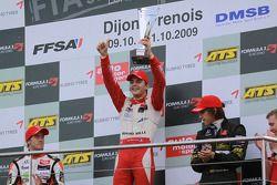Podio: ganador de la carrera y campeón Jules Bianchi, ART Grand Prix Dallara F308 Mercedes, el segun