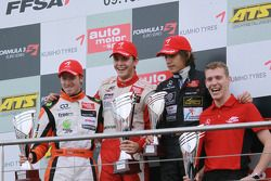 Podio: ganador de la carrera y campeón Jules Bianchi, ART Grand Prix Dallara F308 Mercedes, el segundo lugar Sam Bird, Muecke Motorsport Dallara F308 Mercedes, el tercer lugar Roberto Merhi, Manor Motorsport Dallara F308 Mercedes