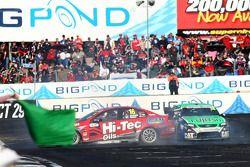 Les voitures de Mark McNally et Tony Ricciardello partent à la faute au dernier virage