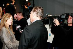 Teresa Earnhardt la femme Dale Earnhardt Sr. Parle aux journalistes