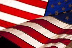 Un drapeau américain est illuminé par les lumières