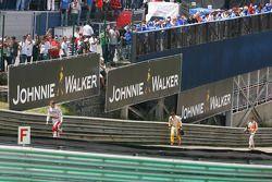Jarno Trulli, Toyota F1 Team, camina tras su choque con Fernando Alonso, Renault F1 Team y Sutil