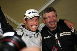 Jenson Button, BrawnGP celebra al ganar el Campeonato Mundial con Ross Brawn director del equipo Bra
