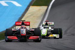 Heikki Kovalainen, McLaren Mercedes devant Jenson Button, BrawnGP