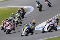 Старт: Кейси Стоунер, Ducati Marlboro Team едет впереди Валентино Росси, Fiat Yamaha Team