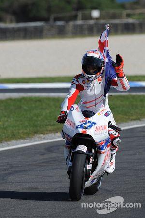 Победитель гонки - Кейси Стоунер, Ducati Marlboro Team празднует