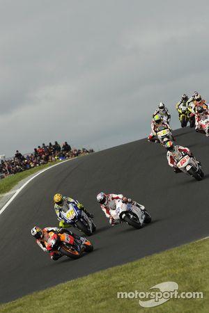 Старт: Дани Педроса, Repsol Honda Team едет впереди Кейси Стоунера, Ducati Marlboro Team и Валентино