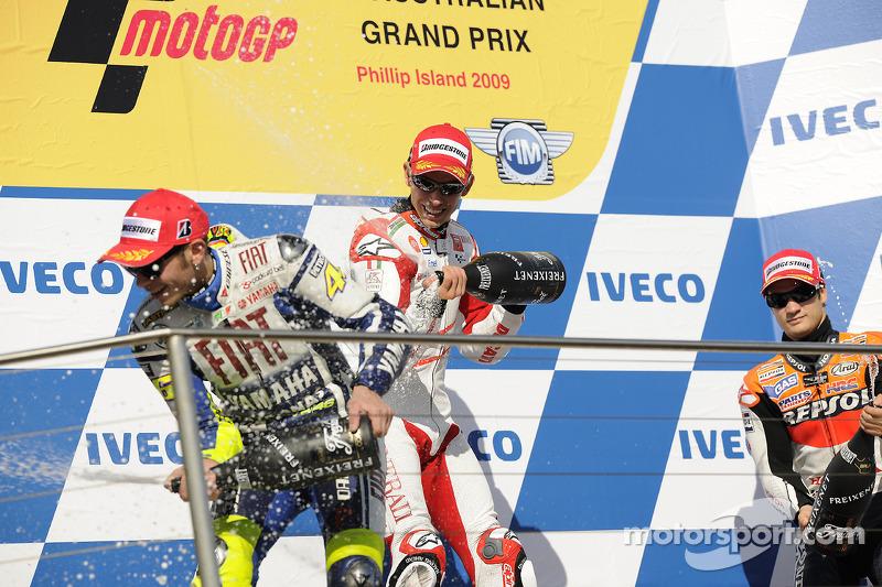 Podio: ganador de la carrera Casey Stoner, Ducati Marlboro Team, Valentino Rossi, Fiat Yamaha Team el segundo lugar y tercer lugar Dani Pedrosa, Repsol Honda Team