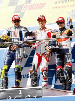 Podio: ganador de la carrera Casey Stoner, Ducati Marlboro Team, Valentino Rossi, Fiat Yamaha Team e