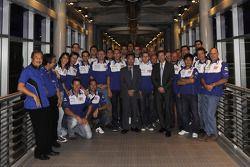 Посещение башен Petronas: Валентино Росси, Хорхе Лоренсо и члены команды Fiat Yamaha