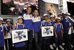 Посещение башен Petronas: Валентино Росси и Хорхе Лоренсо с молодыми фанатами