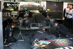 Mercedes mechanics looking at the damage on the car of Ralf Schumacher, Team HWA AMG Mercedes C-Klas