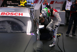 Timo Scheider, Audi Sport Team Abt, cleaning his shoes before stepping into the car
