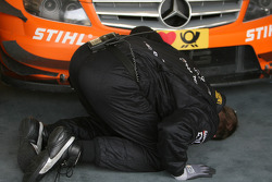 Mechanic looks under the car of Gary Paffett, Team HWA AG, AMG Mercedes C-Klasse